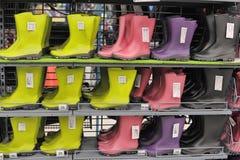 Bottes de Wellington, en caoutchouc ou de pluie dans un magasin Images libres de droits