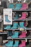 Bottes de Wellington, en caoutchouc ou de pluie dans un magasin Images stock