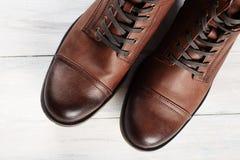Bottes du ` s d'hommes de mode de chaussures toujours la vie brune Photo stock