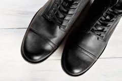 Bottes du ` s d'hommes de mode de chaussures toujours la vie noire Photographie stock libre de droits