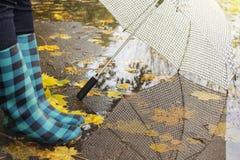 Bottes en caoutchouc avec le parapluie Photo libre de droits