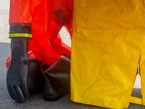 Bottes en caoutchouc de gants un ensemble d'équipement de protection personnel photographie stock libre de droits
