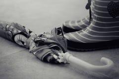Bottes en caoutchouc et parapluie noirs et blancs Photo libre de droits