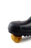 Bottes en caoutchouc noires avec le kiwi Photo stock