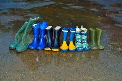 Bottes en caoutchouc sous la pluie Images stock
