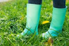 Bottes en caoutchouc sur une herbe Photographie stock libre de droits