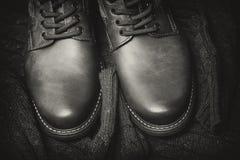 Bottes en cuir brillantes et un chandail chaud tricoté photographie stock libre de droits
