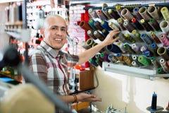 Bottes en cuir de couture d'ouvrier mûr sur le tour de point Images libres de droits