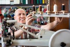 Bottes en cuir de couture d'ouvrier mûr sur le tour de point Image libre de droits