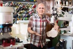 Bottes en cuir de couture d'ouvrier mûr sur le tour de point Photos stock