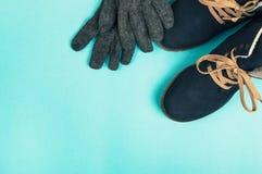 Bottes et gants de femme d'hiver sur un fond bleu Conce d'hiver photo stock