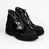 bottes femelles noires d'isolement sur le blanc Photographie stock libre de droits