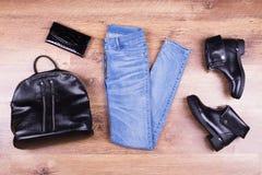 Bottes, jeans, sac à dos et bourse Photographie stock libre de droits
