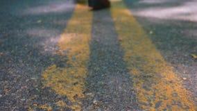 Bottes marchant sur la route clips vidéos