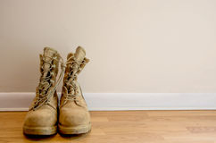 Bottes militaires contre le mur simple Photo libre de droits