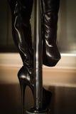 Bottes noires sexy de strip-teaseuse de plate-forme Photographie stock libre de droits