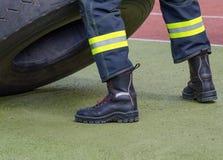 Bottes protectrices d'un sapeur-pompier Photos stock