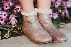 Bottes roses de scintillement sur des pieds du ` s d'enfant Image libre de droits