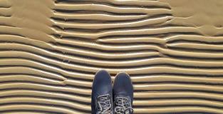 Bottes sur la plage de mer Image stock