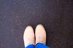 Bottes sur le trottoir, vue supérieure Photographie stock