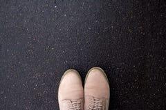 Bottes sur le trottoir, vue supérieure Photographie stock libre de droits