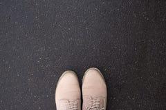 Bottes sur le trottoir, vue supérieure Images libres de droits