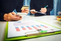 Bottich und Darlehenszinssätze berechneten durch die Bank entsprechend der Abgabenordnung stockfotografie