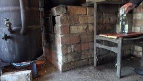 Bottichblutgeschwür auf Feuer und frischer Alkohol fließen in ländliche Küche des Topfes 4K stock video