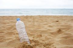 Bottiglia abbandonata sulla spiaggia Fotografia Stock