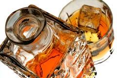 Bottiglia & vetro di whisky isolati Fotografia Stock