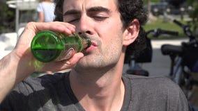 Bottiglia bevente dell'uomo di birra video d archivio