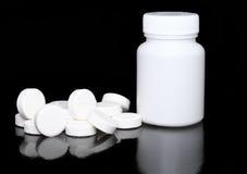Bottiglia bianca della medicina, pillole di colore sul nero. Immagini Stock Libere da Diritti