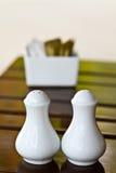 Bottiglia bianca di sale e di pepe Immagine Stock Libera da Diritti