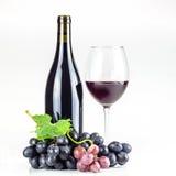 Bottiglia, bicchiere di vino ed uva del vino rosso Fotografie Stock