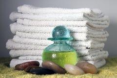 Bottiglia blu con l'olio di massaggio Immagine Stock
