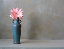 Bottiglia Bronze con il fiore Immagini Stock