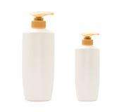 Bottiglia capa dello sciampo della pompa con goccia di acqua immagine stock