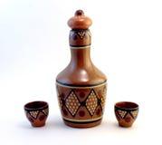 Bottiglia ceramica con le piccole tazze ceramiche Fotografia Stock