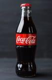Bottiglia classica di Coca-Cola su fondo rustico Fotografia Stock Libera da Diritti