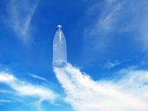 Bottiglia con acqua pulita e potabile nel cielo Fotografia Stock