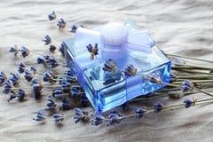 Bottiglia con gli alcoolici con un odore della lavanda Immagine Stock