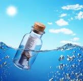 Bottiglia con il messaggio di guida. Immagini Stock