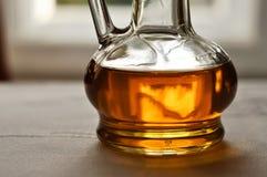 Bottiglia con il sirop dell'acero Fotografie Stock