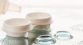 Bottiglia con la soluzione e la cassa della lente immagini stock libere da diritti
