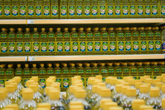 Bottiglia con olio da cucina in un supermercato Fotografie Stock Libere da Diritti