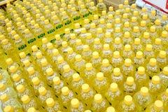 Bottiglia con olio da cucina in un supermercato Immagine Stock