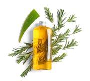 Bottiglia con petrolio essenziale e le erbe fresche Fotografie Stock
