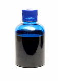 Bottiglia con pittura blu isolata su fondo bianco Immagine Stock