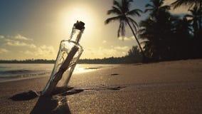 Bottiglia con un massaggio sulla spiaggia all'isola tropicale repubblica domenicana di punta di cana archivi video