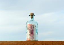 Bottiglia con un segno da cinquanta libbre dentro fotografie stock